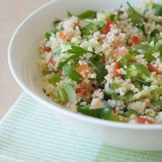 TABOULEH is afkomstig uit de Libanese keuken. Het is een salade van peterselie, munt, bulgur, tomaten, (lente-)ui, groene peper, olijfolie en citroen. De licht scherpe smaak maakt het gerecht bijzonder en daarom wordt de salade in heel veel regio's (met een twist) gemaakt. Couscous, bieten, bloemkool, granaatappel en pepers maken de salade frisser, pittiger of kleurrijker.