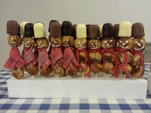 Sneeuwpop van poffertjes voor kerstdiner op school.