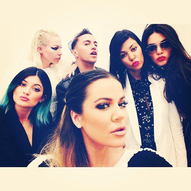 Pin for Later: Spaßige und unverstellte Promibilder in den sozialen Netzwerken  Khloé Kardashian machte ein Selfie mit ihren Schwestern Kourtney, Kendall und Kylie in Paris. Source: Instagram user khloekardashian