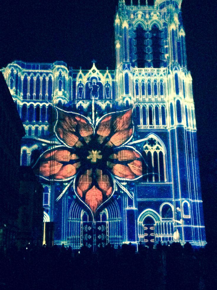 La cathédrale de Sens fête ses 850 ans... Bon anniversaire ! Ne manquez pas le spectacle son et lumières tout l'été ! À la tombée de la nuit...