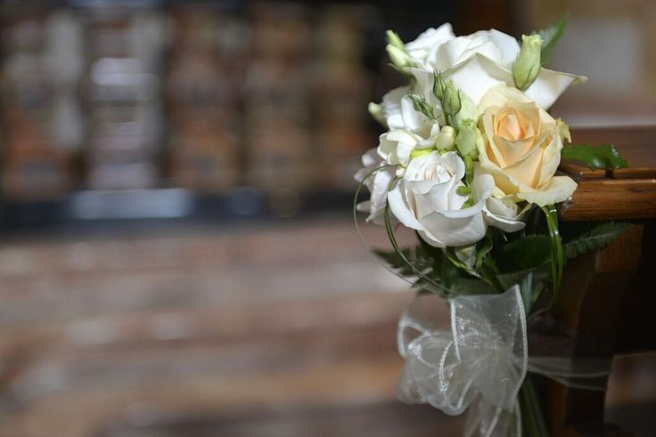 Ceremony setting #bench #Bouquet