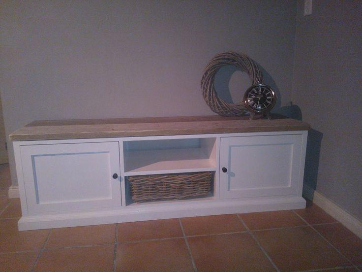 """Landelijk tv meubel """"Seawoods""""  Het blad is gemaakt van echte gebruikte steigerplanken, deze is voorzien van een transparante laag beits waardoor de authentieke kleur van het steigerhout in tact blijft.  Gratis bezorging binnen NL  Inclusie rieten mand  De kast is geschilderd in de kleur  ral 9010  Ook in andere maten verkrijgbaar!  Tv meubel 150 x 40 x 48 cm L x D x H incl.  verkrijgbaar voor €395,- Prijs is inclusief bezorging binnen heel NL  Levertijd +/- 3 weken   www.houtdatleeft.nl"""