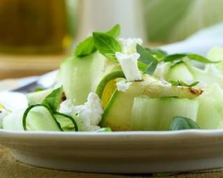 Salade minceur de concombre au chèvre frais : http://www.fourchette-et-bikini.fr/recettes/recettes-minceur/salade-minceur-de-concombre-au-chevre-frais.html