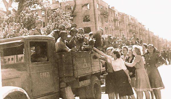 Forces soviétiques reprennent Kharkov, et mettent fin à la bataille de Koursk. 1943 Soviet forces recapture Kharkov, ending the Battle of Kursk.    1943