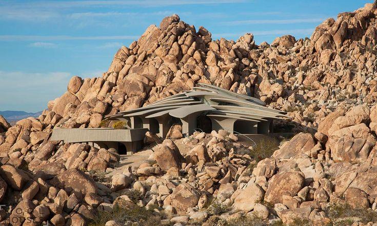 Оригинальный футуристический дом в пустыне национального парка-2