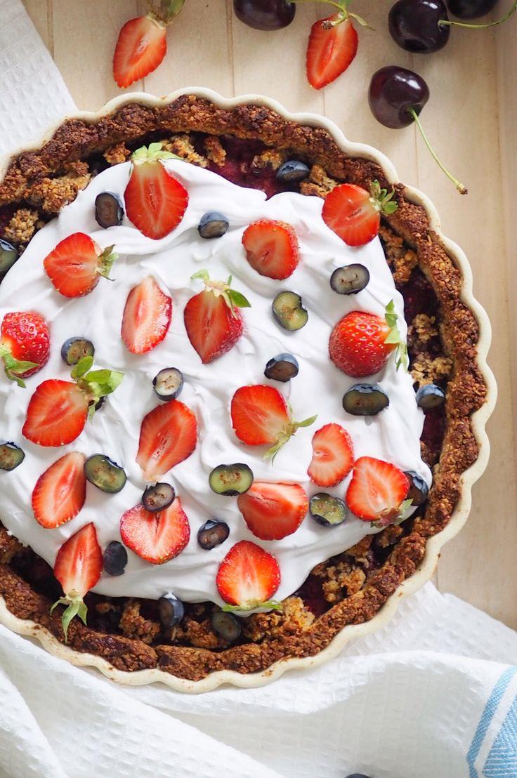 Super delishious berry pie! Sugarfree, glutenfree and vegetrian... http://blogit.kauneusjaterveys.fi/rakkaudellakarita/kesan-paras-marjapiiras/