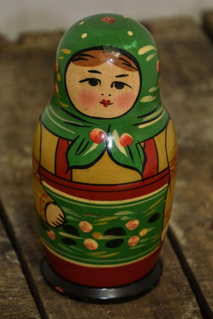 Matrioska Vintage 9 bamboline in legno una dentro l'altra, bellissime nei loro costumi colorati. Da piccoli era bellissimo scomporle per poi ricomporle.