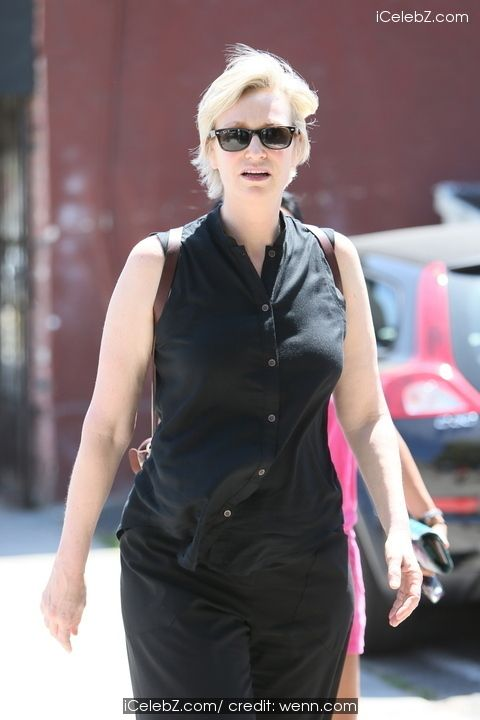 Jane Lynch  Opens Up about the Days When She Struggled with Her Sexuality http://icelebz.com/celebs/jane_lynch/photo4.html