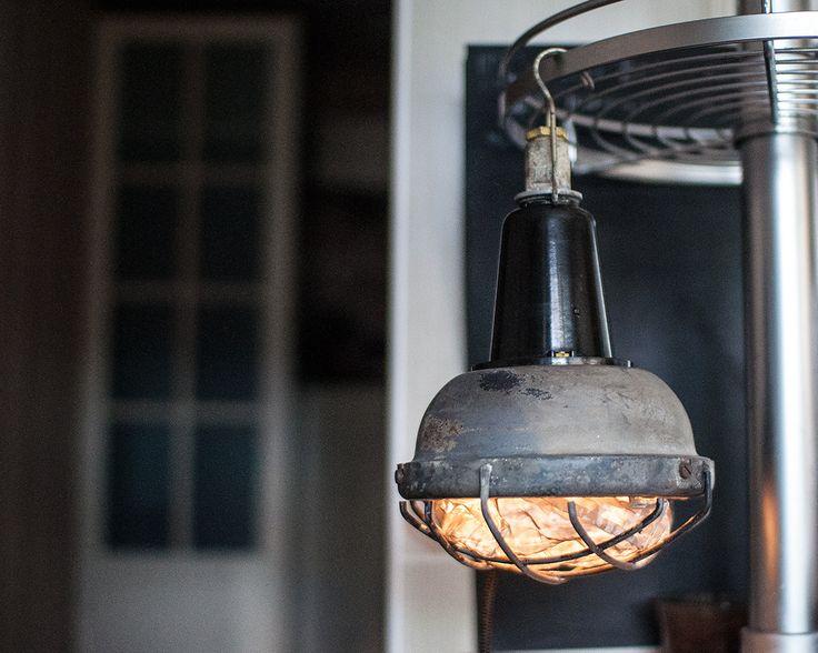 Промышленный светильник из СССР с рассеивателем в магазине «Miniberlin — винтажные лампы» на Ламбада-маркете