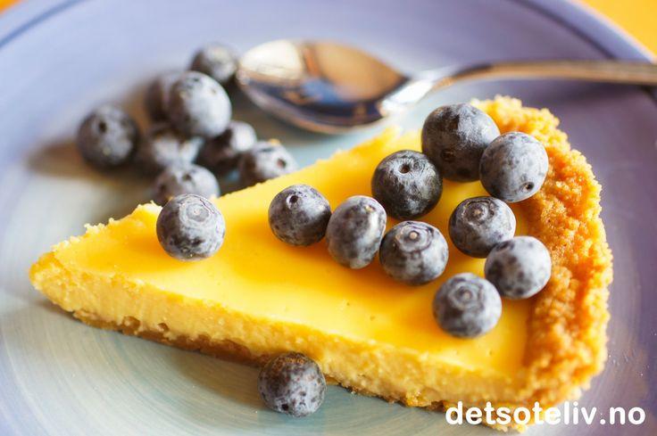 """Tittelen """"Tarte Incroyable au Citron"""" betyr noe sånt som """"Utrolig sitronterte"""". Det utrolige er at en så nydelig sitronkake som denne kan lages så raskt og med så få ingredienser. Dennefranske delikatessenkan alle klare å lage!"""