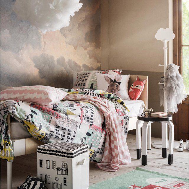 Une chambre d'enfant onirique, H&M Home. Cette chambre d'enfant se pare des couleurs les plus apaisantes pour faire les plus doux des rêves dans une jolie housse de couette encerclée de peluches.