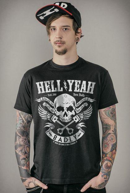 """Classica T-Shirt nera """"Hell Yeah"""" del brand #Badly con teschio alato stampato sul davanti."""