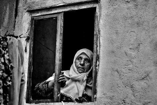 Kötü günler yaşıyoruz belki Aç ellerini anne !.. ve pencereni Aç ki; güzel günleri de yaşarız belki ?