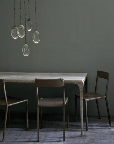 LED taklampe med fem runde glassdråper fra Ochre. Kommer i to utførelser; bronse/glass og nikkel/glass.Ta kontaktfor mer informasjon og priser.