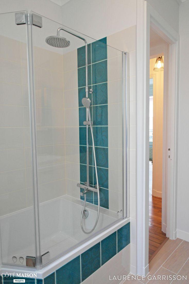 Salle de bains blanche baignoire carreaux blancs avec for Carreaux salle de bain bleu