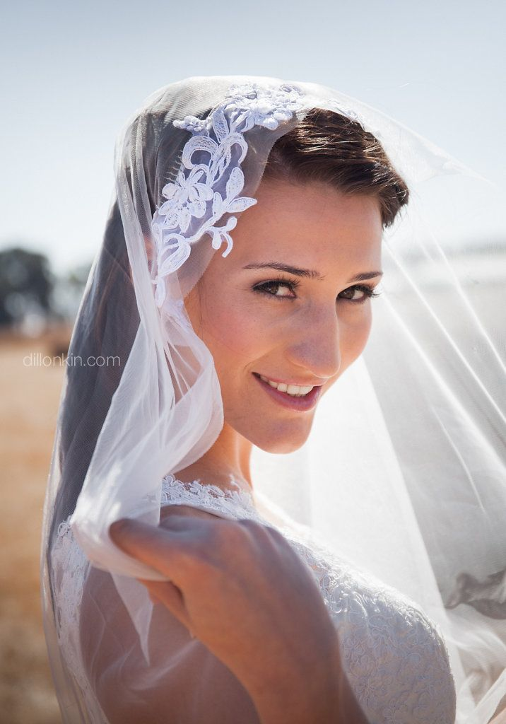 How pretty is this bridal portrait? I love the veil on her.