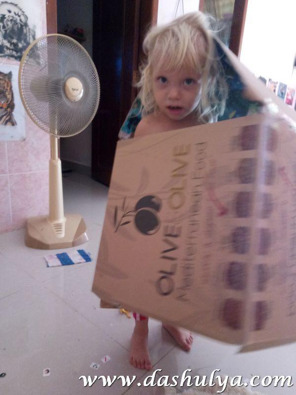 домик из коробки для пиццы, домик из коробки для пиццы с ребенком 2- 3 лет