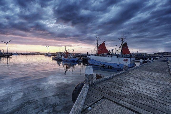 Im Hafen von Hvide Sande kann man Fischer beim Entladen ihrer Fischkutter beobachten. Fotografisches Highlight ist die Eis-Tankstelle.