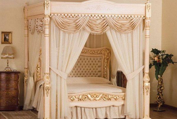 Королевская кровать с балдахином. Созданная в духе безудержной роскоши 18 века кровать с балдахином от фирмы Fratelli Basile's Hebanon Furniture изготовлена вручную из каштана и ясеня. Кровать окрашена и покрыта 107 килограммами 24 каратного золота. Золотая колыбель от Baby Suommo - $6,3 миллиона