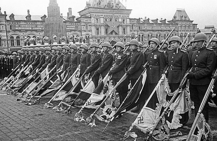 """""""Victory parade"""" 24ijunja 1945. Moscow. The Soviet Union.gauntlet of soldiers carrying banners and flags were lowered 200 defeated Nazi troops. These banners under the gloomy shot drums were thrown on a special platform at the foot of Lenin's Mausoleum. The first was thrown the personal standard of Adolf Hitler."""