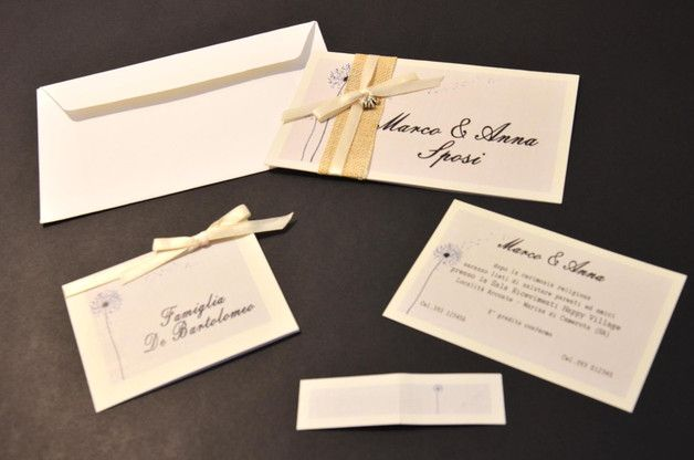Inviti di matrimonio stampati su carta lino con decorazioni applicate. Il set comprende Partecipazione, annuncio, segna posto e biglietti  per confetti, tutti stampati sullo stesso...