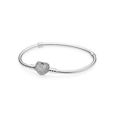 PANDORA | Moments Silver Bracelet, Pavé Heart | Styla din kollektion av romantiska berlocker med en ny tolkning av PANDORAs klassiska handbearbetade armband av ormkedja i sterlingsilver. Det hjärtformade låset med pavéinfattade stenar och en ingraverad PANDORA-logotyp är otroligt vackert.