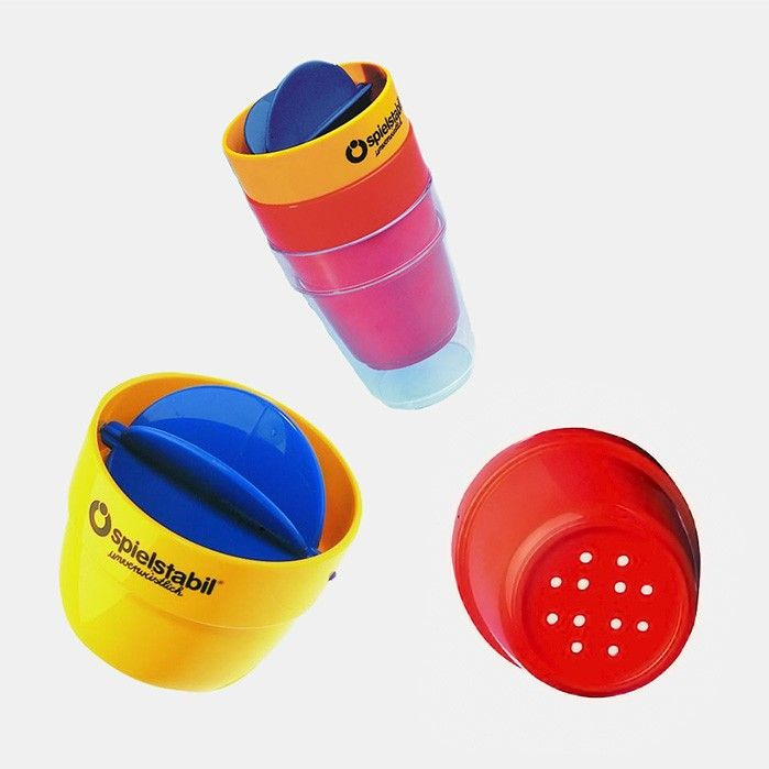 """Baby-Spielzeug mit drei Bechern und unterschiedlichen """"Funktionen"""": Wasser-/ Sandrad und einem großen Loch, kleine Brauselöcher, Vergrößerungsglas    Das Becherspiel von Spielstabil ist ein wunderbares, erstes Sand- und Wasserspielzeug für Babys und Kleinkinder ab etwa eineinhalb Jahren, das für seinen hohen pädagogischen Spielwert mit dem renommierten """"Spiel Gut"""" - Siegel ausgezeichnet wurde. Alle Becher können aufeinander gestapelt werden. In der Badewanne oder im P..."""