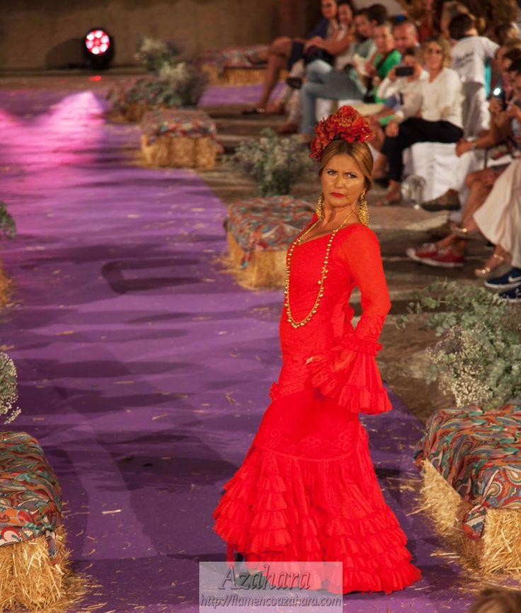 El rojo es un básico de la #moda #flamenca que agrega elegancia y porte, manteniéndose a lo largo de los años. Los #pendientes y #colgantes en dorado combinan a la perfeccion. #flamencoazahara