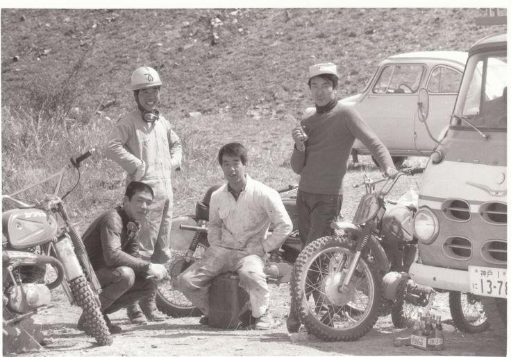 加古川河川敷で何かの撮影時のワンシーンです、黒革ツナギ歳森、真ん中コンバットヘルの星野、そして木の実マークの私です。