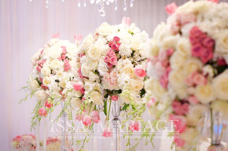 Decoratiuni florale nunta roz si alb pesfesnice cristal transparente IssaMariage 2017