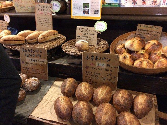 こちらのお店の名物は何といっても「ふすまパン」。 もともとは捨てる小麦をうどん屋さんからもらってパンにしたのがはじまりだそう。 今では食物繊維が豊富やミネラルが豊富と人気を呼んでいます。