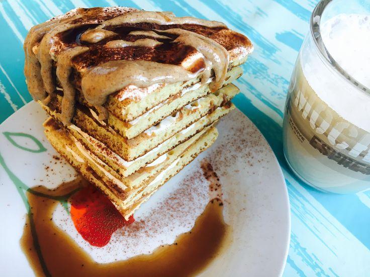 Pancake con 100g di albumi-50g farina d'avena gusto vaniglia. Farciti con Crema di yogurt greco 0% -sciroppo d'acero -gocce aromatiche toffee. Spolverata di cacao magro - burro d'arachidi e sciroppo al cioccolato 0 cal.