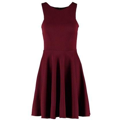 Deze jurk heeft een prachtige bordeaux rode kleur. Perfect dus voor de kerst ♥