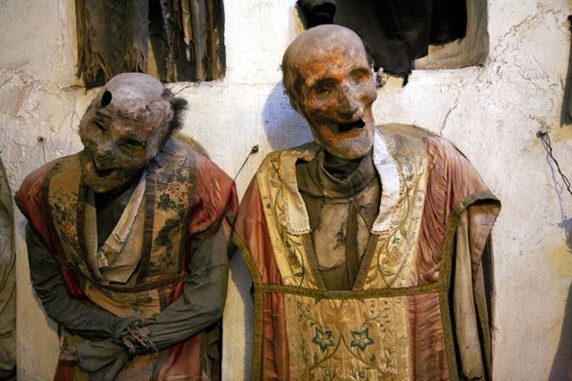 Les catacombes capucines de Palerme ___________________ À la fin du seizième siècle, les moines capucins de Palerme, dont le cimetière était devenu exigu, ont aménagé des cryptes dans lesquelles ils ont disposé des corps momifiés des frères décédés, en commençant par celui de Sylvestro de Gubbio, en 1599. Peu à peu, ces catacombes ont accueilli des défunts issus de grandes familles locales, qui rémunéraient le monastère pour la concession et pour l'entretien des corps : nettoyage…