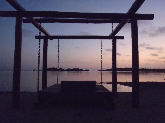 Koro Sun Resort: Daybeds over the Lagoon