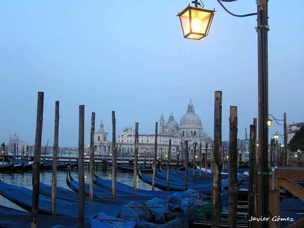 Góndolas en Venecia al amanecer