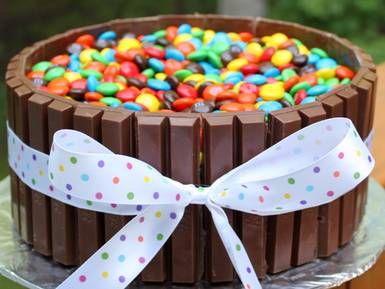 Wanneer is de eerste verjaardag?  Bron http://www.baksnel.com/kitkat-en-mm-taart.html