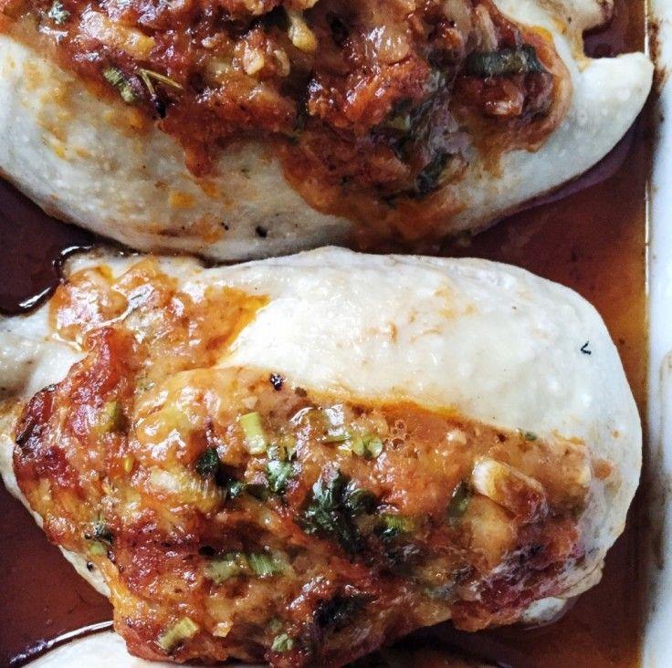 Fyldt kyllingebryst smager helt fantastisk. Denne opskrift på fyldt kyllingebryst er med pesto og krydderurter og cheddarost.