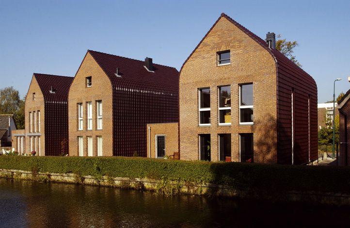 Herenhuizen aan de Dorpsstraat in Harmelen met een hellend dak als zowel een verticale gevelbekleding. Deze unieke combinatie is gerealiseerd met de Tuile du Nord 44 wijnrood verglaasd.