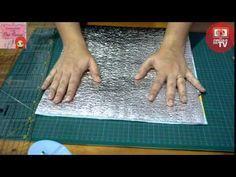 Aprenda com a Cris Ramos, a fazer uma lancheira térmica super prática para você usar no dia-a-dia!Lista de materiais:0,50 cm do tecido Círculo Cupcake0,50 cm do tecido Círculo Poá - para as alças0,50 cm de Manta R20,50 cm de EtaflonZíper de 40cmViés grosso2 mosquetões de 3cm2 meia argolas de 3cm1 regulador de alça de 3cm
