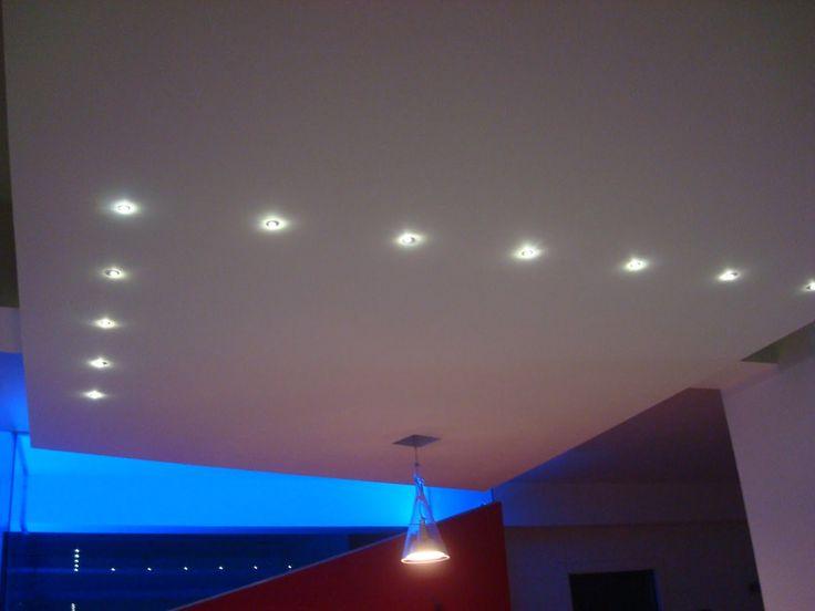 un soffitto illuminato con  faretti led a incasso bianchi