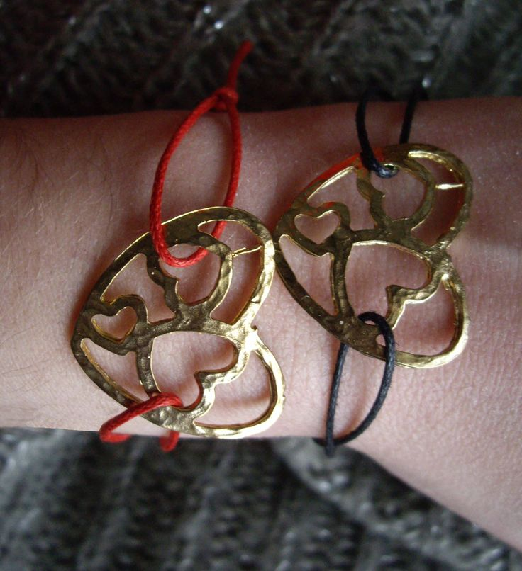 Βραχιόλια με κορδόνι και μεταλλικά στοιχεία.  Bracelets with cord and charms. Κωδικός: 09035/1