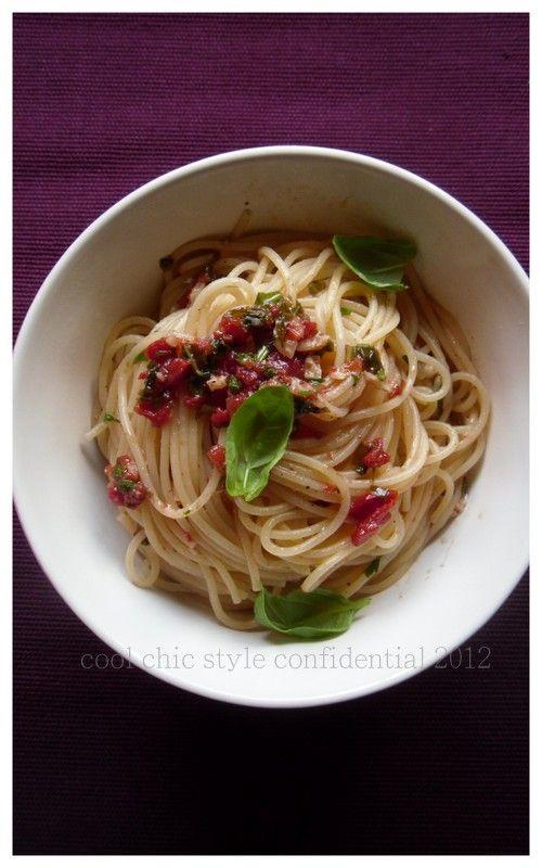 Spaghetti ai pomodorini secchi, mandorle e basilico. Ricetta di Filippo Lamantia. 280 g di linguine ( spaghetti ), 10 pomodorini secchi sott'olio, 100 g di mandorle pelate, basilico, succo di un limone, olio extra vergine d'oliva, sale e pepe.