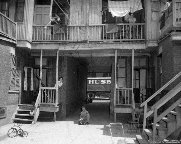 Archives de Montréal, Cour arrière avec porte cochère du Red Light, 1957, VM94-40_2-097