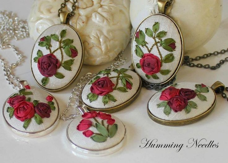 Ribbon embroidery, flowersSilk Ribbons Embroidery, Awesome Embroidery Crafts, Floral Pendants, Ribbons Flower, Needle Silk, Hum Needle, Embroidery Pendants, Embrodiery Ribbons, Silkribbon Embroidery