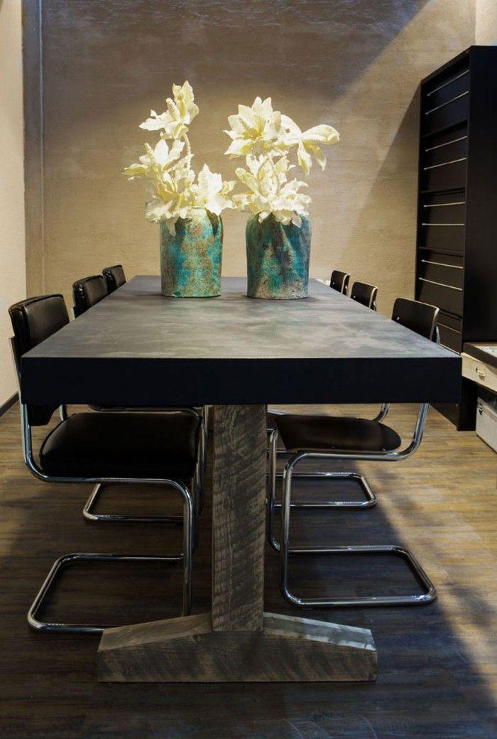 Grote betonlook eettafel. Met houten onderstel. Er is ruimte voor zes stoelen. De tafel en stoelen kunt u vinden op: