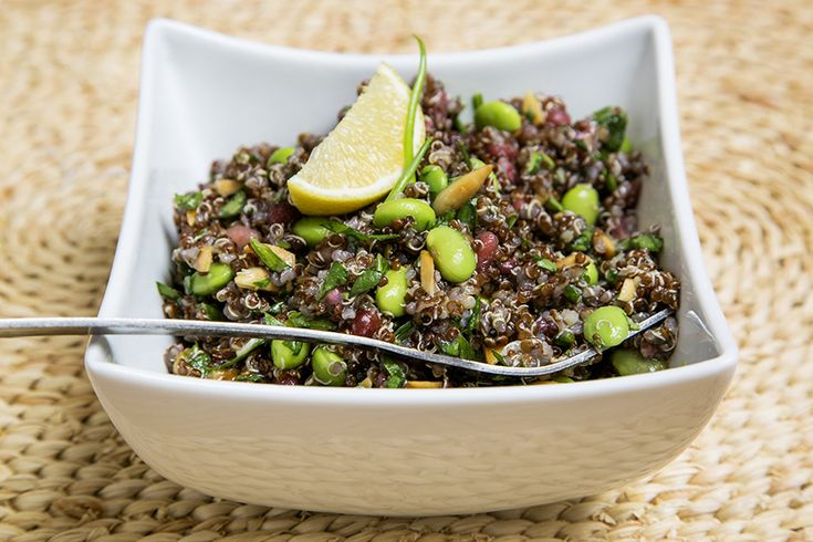Salade de quinoa, edamames, épinards et grenade | Recettes du Québec