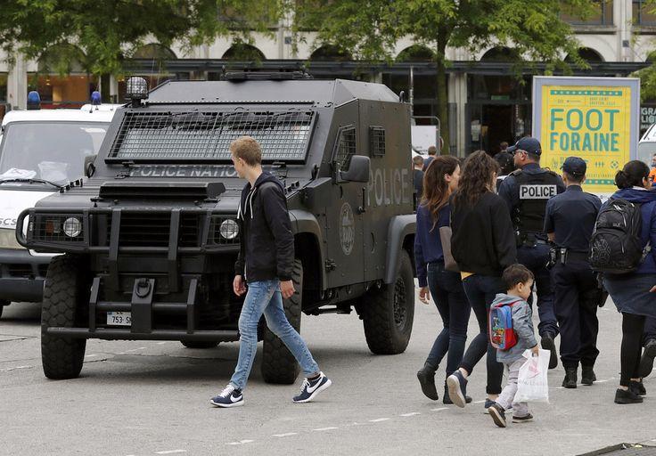 Полиция Лилля работает второй день в усиленном режиме, готовая пресекать беспорядки.
