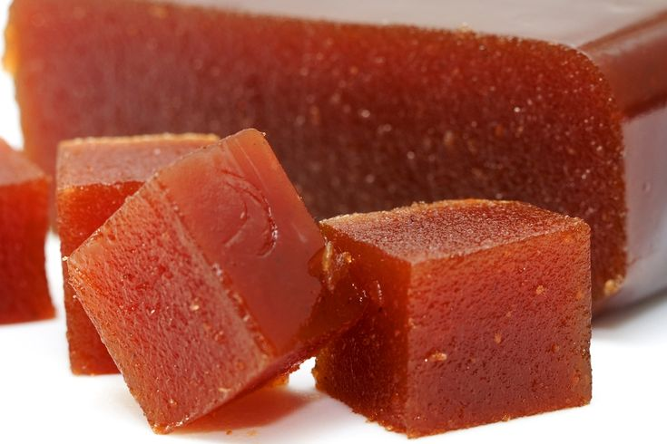 Dulce de membrillo (quince jelly) con pan y un tecito caliente . mmmhhh