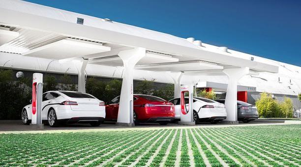 En el futuro los autos eléctricos serán muy baratos según Elon Musk   El CEO de Tesla Motors Elon Musk dio al mundo un vistazo a los siguientes pasos que la compañía planea dar con su vehículo eléctrico el sedán Modelo 3 diciendo que la cuarta generación del vehículo será asequible para prácticamente todo el mundo.  Durante la conferencia de Soluciones de Transporte Futuro realizada en abril de 2016 en Oslo Noriega Musk indicó al ministro de Transportes y Comunicaciones de ese país Ketil…